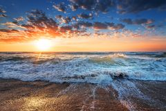 El sol de la mañana en la playa con una luz hermosa Fotografía de archivo libre de regalías