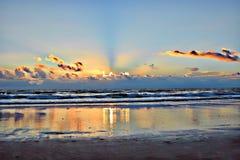 El sol de la mañana sube y brilla su luz en las piscinas de marea de la resaca fotografía de archivo libre de regalías