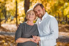 El sol de la madre y del adulto en el otoño parquea Naturaleza del otoño, cierre encima de la foto foto de archivo