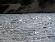 El sol de la tarde ilumina los remiendos de la superficie del lago Imagenes de archivo