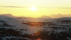 El sol de medianoche en el ártico almacen de video