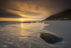 El sol de medianoche en una playa en Noruega Imágenes de archivo libres de regalías