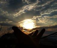 el sol dentro de su mano Fotos de archivo