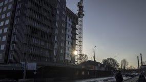 El sol detrás del edificio bajo construcción imagen de archivo libre de regalías
