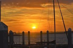 El sol domina el horizonte según lo visto de un pequeño pueblo pesquero costero en la Florida fotos de archivo libres de regalías