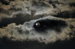 El sol en las nubes oscuras Fotos de archivo libres de regalías