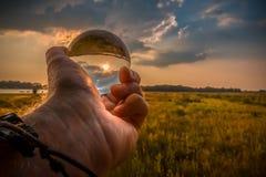 El sol en mi mano fotos de archivo