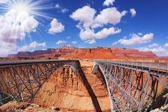 El sol es brillante sobre el puente de Navajo Imagenes de archivo