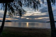 El sol está fijando por la playa y el mar, Mak Island Ko Mak Fotografía de archivo