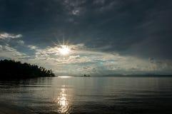 El sol está fijando por la playa y el mar, Mak Island Ko Mak Imagen de archivo