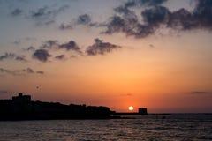 El sol está saliendo de la ciudad Foto de archivo