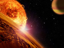 El sol extranjero sube sobre una luna rocosa Fotografía de archivo
