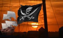 El sol fija con una bandera de pirata que agita en su cara imagenes de archivo
