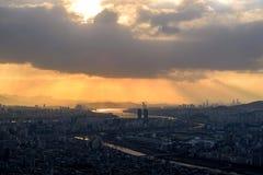 El sol fija detrás de los rascacielos de Seul Imágenes de archivo libres de regalías