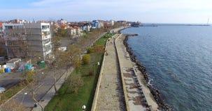 El sol frío del invierno en la costa en Pomorie Bulgaria