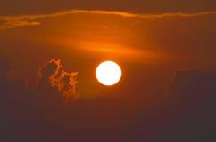 El sol grande brillante en un cielo nublado Fotografía de archivo