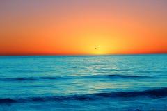 El sol perdido sale de rastros de luz en el cielo de la tarde Fotos de archivo
