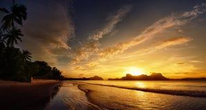 El sol poniente detrás de las montañas Imagen de archivo libre de regalías