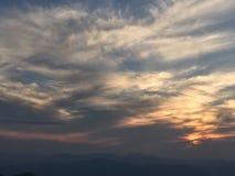 El sol poniente encendió el cielo Imágenes de archivo libres de regalías