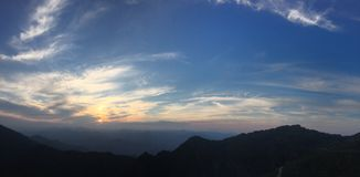 El sol poniente encendió el cielo Imagen de archivo libre de regalías