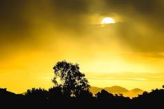 El sol por la mañana para ver la luz del sol es anaranjado Fotografía de archivo