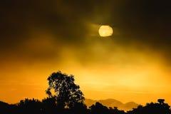 El sol por la mañana para ver la luz del sol es anaranjado Foto de archivo libre de regalías