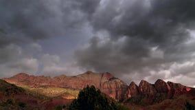 El sol que fija sobre una montaña fotografía de archivo