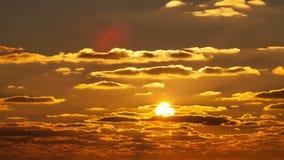 El sol que flota en las nubes en la puesta del sol metrajes