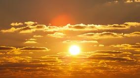 El sol que flota en las nubes en la puesta del sol almacen de metraje de vídeo