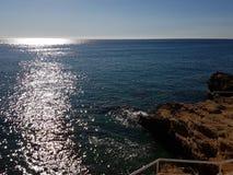 El sol reflejado en el mar Foto de archivo