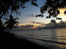 El sol se levanta sobre las nubes del mar y del oro Imagenes de archivo