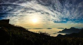 El sol se levanta sobre las nubes del mar y del oro Imágenes de archivo libres de regalías