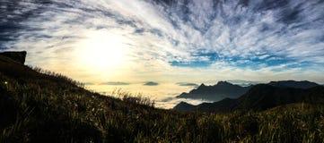El sol se levanta sobre las nubes del mar y del oro Foto de archivo libre de regalías