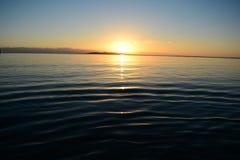 El sol se levanta sobre las nubes del mar y del oro Fotografía de archivo