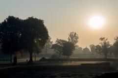 El sol sube por una mañana Kushinagar en la India Foto de archivo