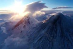 El sol sube sobre las montañas alpinas almacen de metraje de vídeo