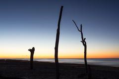 El sol sube a través del Océano Atlántico Fotos de archivo libres de regalías
