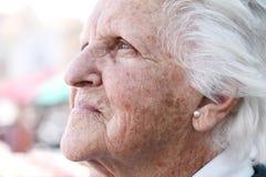 El sol viejo manchó la piel arrugada Imagen de archivo libre de regalías