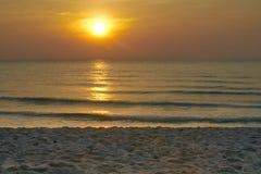 El sol y la arena de oro varan y las ondas en el mar fotos de archivo libres de regalías