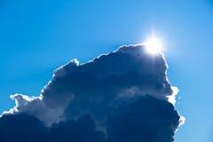 El sol y las nubes de una tormenta grandes Fotos de archivo libres de regalías