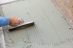 El solador trabaja con el suelo Fotos de archivo libres de regalías