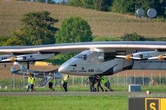 El Solar Impulse 2 es aviones accionados solares experimentales desarrollados suizo de la gama larga con el registro HB-SIB fotos de archivo