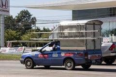 El soldado coge a Nissan Nv En el camino ningún 1001 8 kilómetros de la área comercial de Chiangmai imagen de archivo libre de regalías