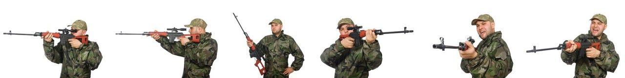 El soldado con el rifle de francotirador aislado en blanco Imagenes de archivo