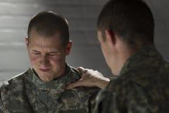 El soldado consuela al par con PTSD, horizontal Imagen de archivo libre de regalías