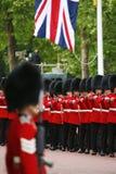 El soldado de la reina en el desfile del cumpleaños de la reina Fotos de archivo