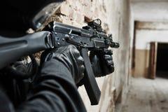 El soldado de las fuerzas especiales armó con el rifle de asalto listo para atacar Foto de archivo
