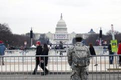 El soldado de los E.E.U.U. hace frente al edificio del capitolio durante la inauguración de Donald Fotos de archivo
