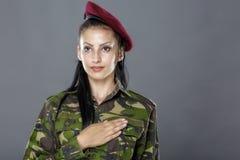 El soldado del ejército jura solemnemente con la mano Imágenes de archivo libres de regalías