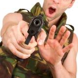 El soldado en chaleco del camuflaje está sosteniendo un arma Fotografía de archivo libre de regalías